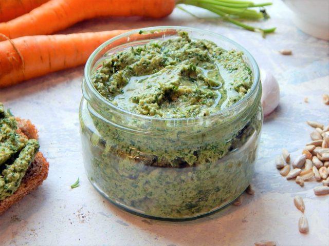 pesto z natki marchewki, zerowaste, zdrowe odżywienia - pasty kanapkowe