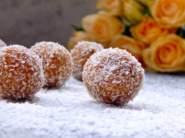 kuleczki z morelami, orzechami i kokosem - kulki mocy, deser na diecie
