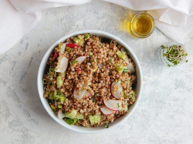 salatka z kaszy gryczanej, co jesc zeby schudnac