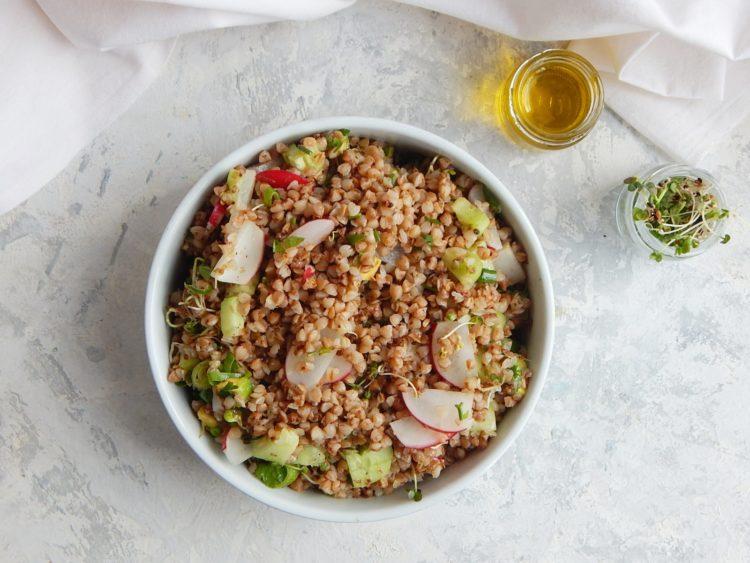 salatka z kaszy gryczanej, co jesc zeby schudnac - jak bilansować posiłki