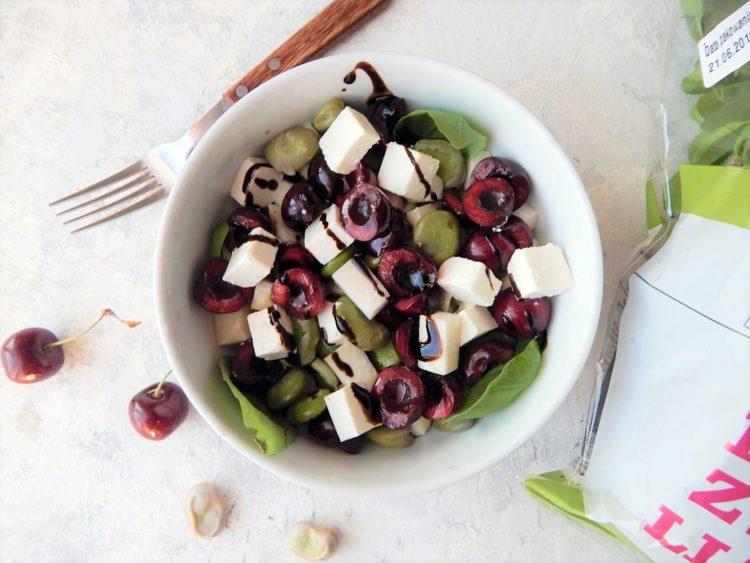 salatka z bobem i czereśniami - wegetariański jadłospis