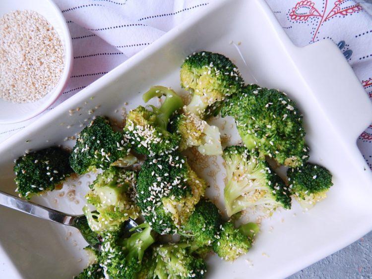 brokuły z sezamem i sosem sojowym, wegetariański jadłospis