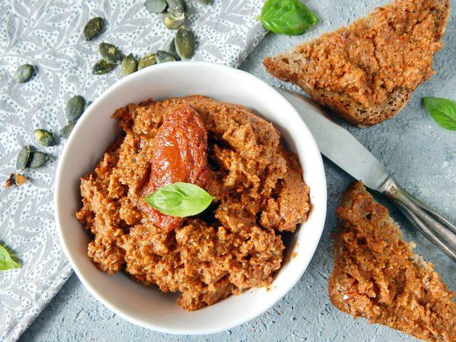 pasta z suszonych pomidorow, pomysl na sniadanie