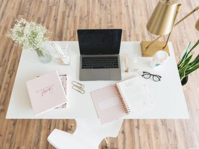 komputer na biurku, dietetyk, jak nie przytyć podczas pracy zdalnej