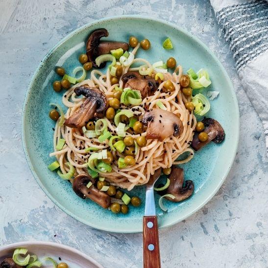 makaron z sosem orzechowym, wegetariański makaron,, obiady na diecie, fit przepisy, pomysł na obiad