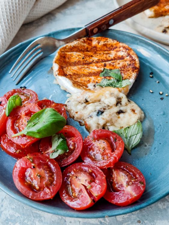 wegetariański grill, camembert, pomidory