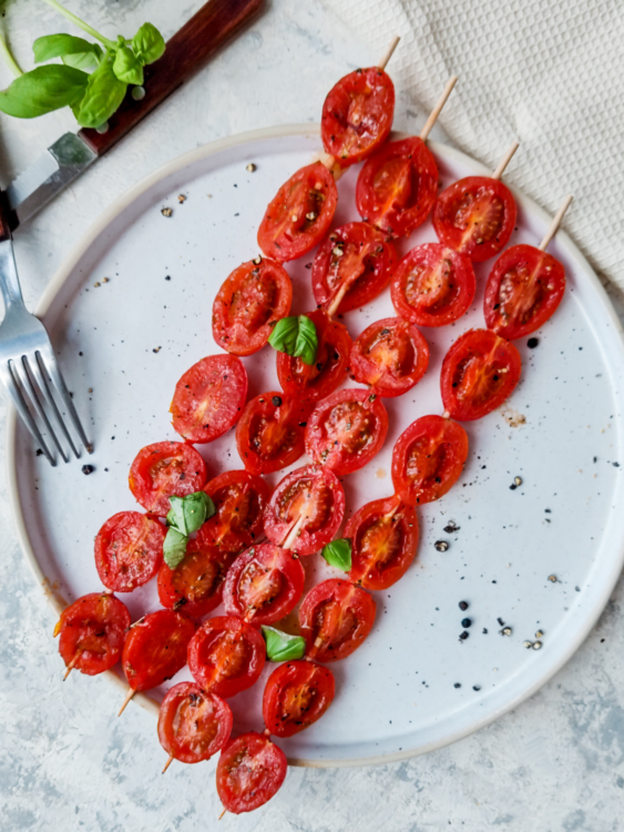 wegetariański grill, grillowane pomidory